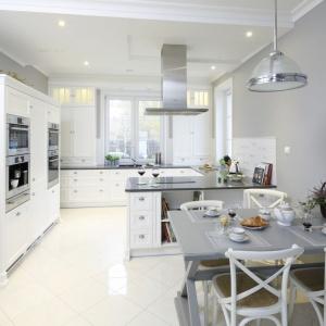 W tej pięknej białej kuchni strefę pieczenia zlokalizowano naprzeciwko jadalni. Projekt: Maciejka Peszyńska-Drews. Fot. Bartosz Jarosz