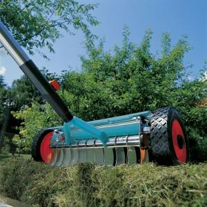 Combisystem wertykulator do trawy na kółkach. Fot. Gardena