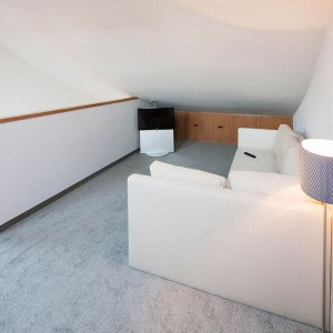 Sypialnia jest zakątkiem bardzo przytulnym. Jasne barwy optycznie powiększają wnętrze. Sypialnia została doświetlona jest trzema oknami połaciowymi od wschodu. Projekt: arch. Tadeusz Lemański. Fot. Tomasz Zakrzewski