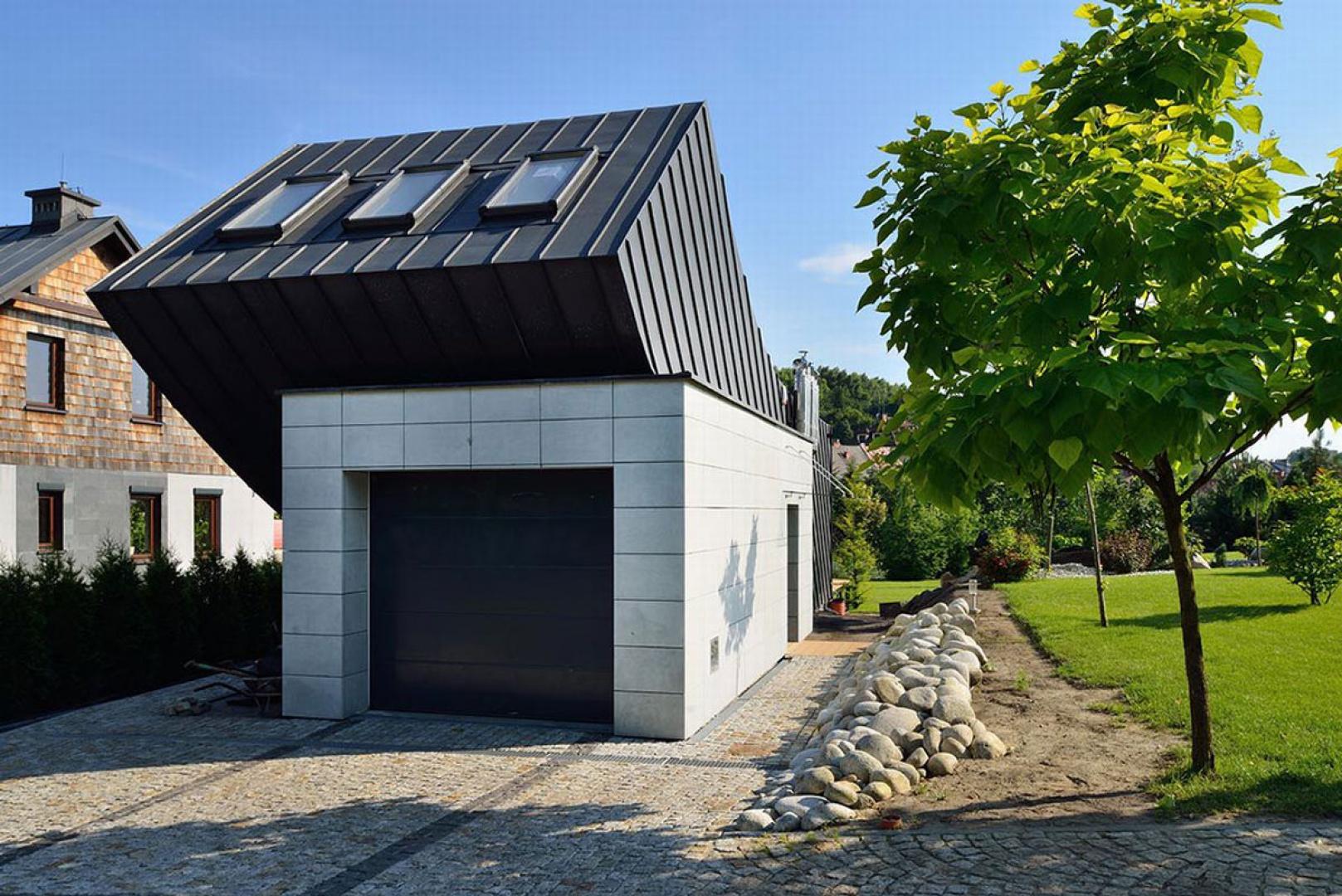 Pomysł na dom, to prosta bryła sześcianu, w której zawarto wyjściową funkcję - pokój dzienny z aneksem kuchennym oraz sypialnią. Projekt: arch. Tadeusz Lemański. Fot. Tomasz Zakrzewski