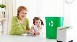 Segregowanie śmieci w domu jest bardzo ważne ze względu na dbałość o nasze środowisko naturalne. Warto więc wiedzieć jak segregować śmieci w domu oraz z jakich rozwiązań i urządzeń korzystać, aby ta segregacja była prosta i wygodna.