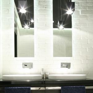 Oddzielne lustro nad każdą z umywalek? Dlaczego nie. W połączeniu z piekielnymi lampami komponuje się imponująco. Projekt: Dominik Respondek. Fot. Bartosz Jarosz
