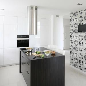Wyspa w kuchni. Projekt: Karolina i Artur Urban. Fot. Bartosz Jarosz