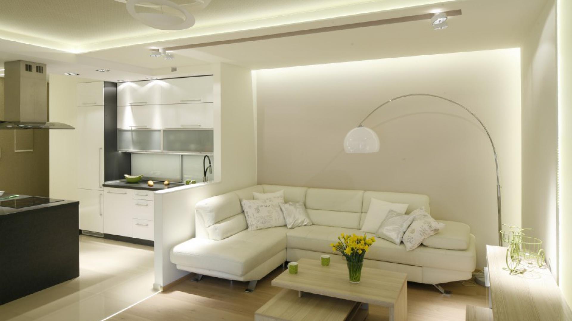 Priorytetem przy aranżacji mieszkania było oświetlenie, które w połączeniu z jasną kolorystyką mebli i ścian dało efekt rozświetlonego wnętrza. Światło delikatnie wydobywa się z \
