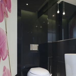 Róż w postaci kwiecistego nadruku ożywi każda łazienkę. Projekt: Agnieszka Hajdas-Obajtek. Fot. Bartosz Jarosz