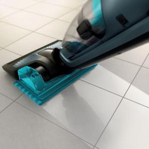 Wiadomo, że podczas przygotowywania posiłków w kuchni tworzy się artystyczny bałagan. Jeśli chcesz szybko uprzątnąć okruszki z podłogi, a nawet ze stołu i blatu, wystarczy, że użyjesz odkurzacza bezprzewodowego PowerPro Aqua 3w1 z wyjmowanym odkurzaczem ręcznym. Fot. Philips