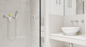 Prosta, uniwersalna bateria natryskowa sprawdzi się w każdej łazienkowej aranżacji. Ergonomiczny kształt, łatwość dostosowania strumienia, a dodatkowo poręczna półka na kosmetyki sprawiają, że codzienny prysznic będzie prawdziwą przyjemnoś