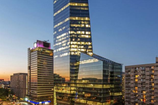 To jeden z pięciu najwyższych wieżowców w Warszawie. Całkowicie przeszklony budynek składa się w dwóch złączonych ze sobą brył, które wyglądają niczym gigantyczny kryształ górski. Do kryształu kwarcu nawiązuje także nazwa zwycięskiego