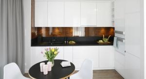 Kształt zabudowy kuchennej należy przede wszystkim dostosować do kształtu i wielkości pomieszczenia. Kuchnia typu L, będąca klasycznym trójkątem pracy, to uniwersalne rozwiązanie zarówno do wnętrza otwartego, jak i zamkniętego.