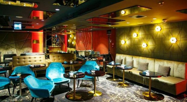 Nowoczesne wnętrze Panorama Sky Bar w hotelu Marriott
