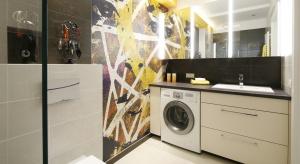 W większości polskich domów pralka zajmuje miejsce w łazience. Gdzie ją umieścić i jak zabudować, aby zapewnić sobie wygodę na co dzień? Oto pomysły projetantów.