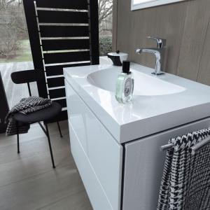 Bezpieczna i funkcjonalna łazienka. Bezdotykowe szafki tip on Darling New z L-Cube. Fot. Duravit