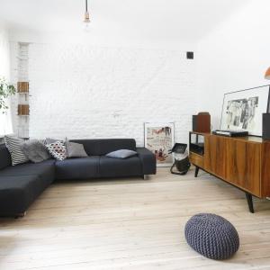 Sofa w salonie. Projekt:  Ewelina Pik.  Fot. Bartosz Jarosz