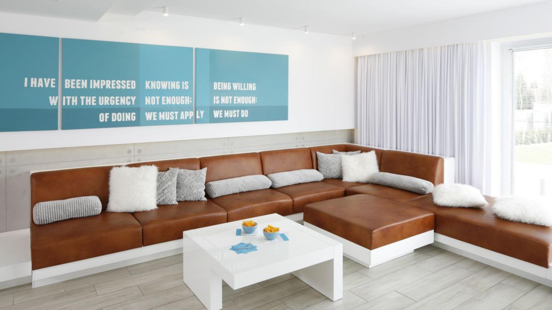 Sofa w salonie. Projekt: Dominik Respondek. Fot. Bartosz Jarosz