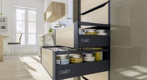 Antracyt stał się ulubionym kolorem projektantów, którzy wyróżniają nim minimalistyczne zabudowy meblowe. Chętnie łączą go z bielą, ale też dekorami drewnianymi.