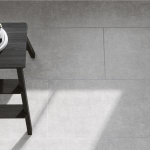 Uniwersalny gres Serenity nada wnętrzom wyjątkowy, odważny, artystyczny charakter, a płytki podłogowe Lando swoimi subtelnymi deseniami odzwierciedlą prostotę i szczerość tego materiału. Fot. Cersanit