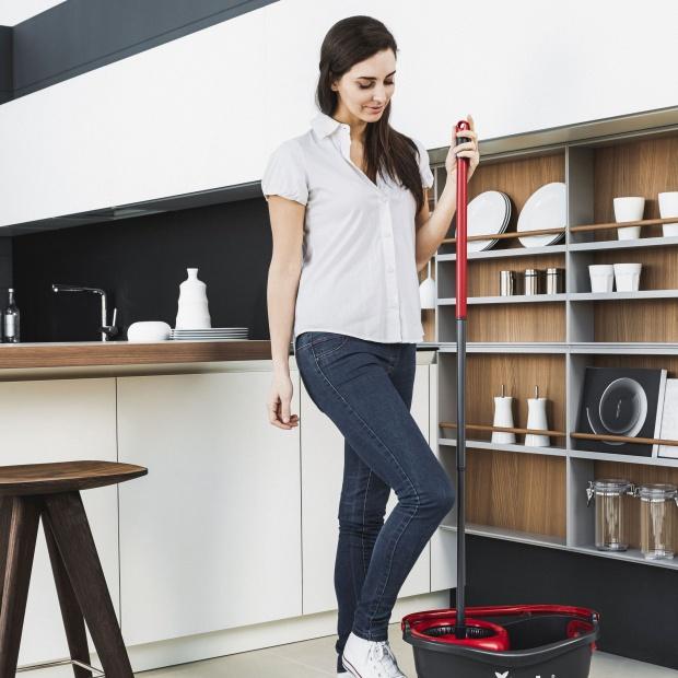 Pielęgnacja podłogi zimą. Wybierz dobre akcesoria do sprzątania!