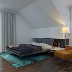 Sypialnia pomalowana na biało jest nie tylko nowoczesna, ale też, dzięki stonowanej kolorystyce zapewni komfortowy wypoczynek. Fot. Archetyp
