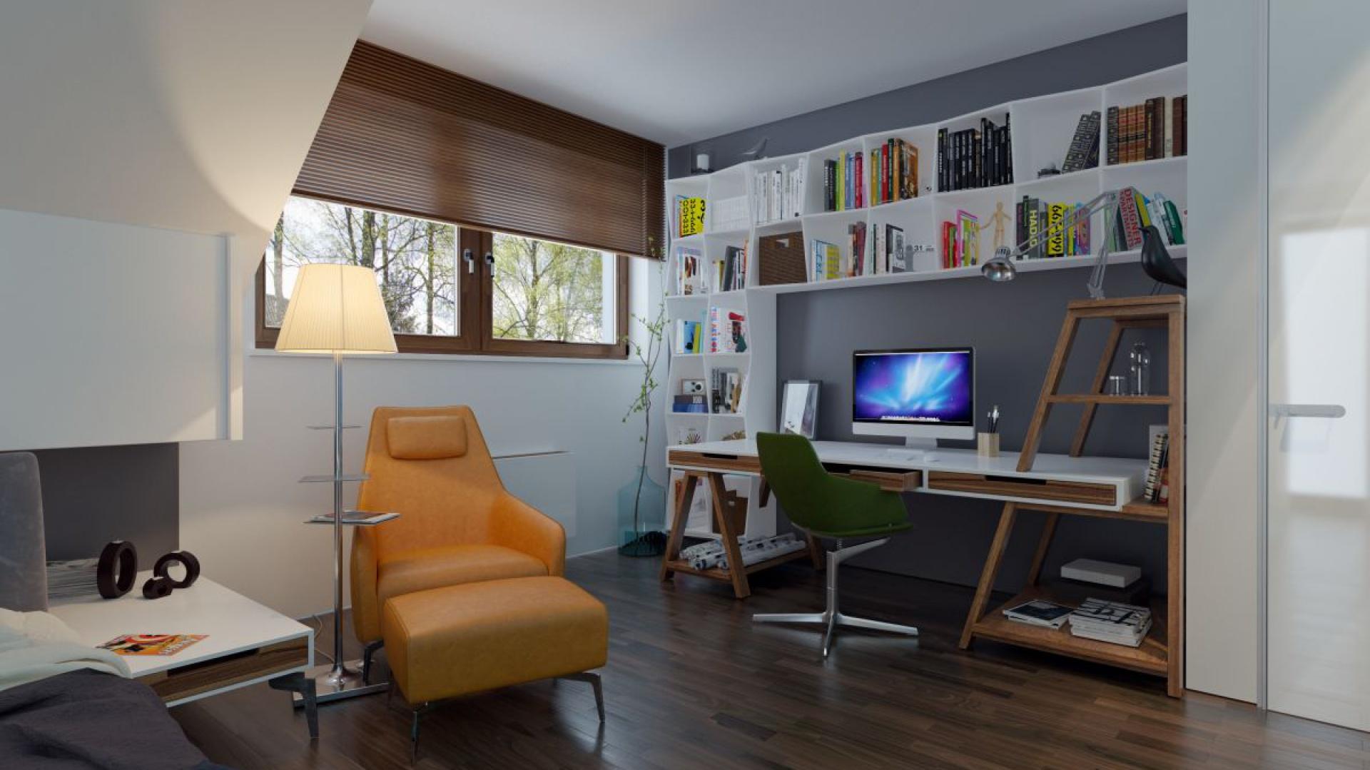 W jednej z sypialni na poddaszu wygospodarowano praktyczną przestrzeń do pracy. Fot. Archetyp