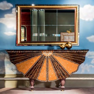 Aranżacja marki Carpanelli, nad komodą lustro  Metamorfosi w potrójnej ramie. Fot.  Carpanelli / Galeria Heban