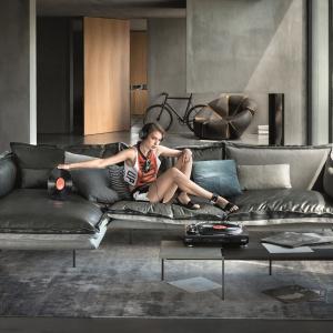 Z jednej strony skóra, z drugiej dzianina połączone zamkiem. Sofa AUTO-REVERSE (proj. Giuseppe Vigano) ma dwa oblicza. Fot. Arketipo