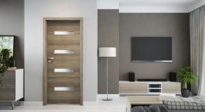 Drzwi to niezaprzeczalny element dekoracyjny każdego wnętrza. Dowodem na to jest elegancka kolekcja drzwi Parma z modnymi, prostokątnymi przeszkleniami.