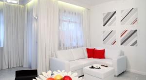 Wnętrze skąpane w bieli nie musi być zimne i sterylne. Żaden inny kolor nie daje tylu możliwości. Biały optycznie powiększa przestrzeń i ją rozświetla. Jest elegancki, ponadczasowy i pasuje wszędzie.