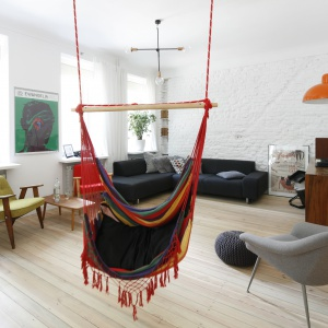 Wiszący fotel w salonie. Projekt: Ewelina Pik. Fot. Bartosz Jarosz