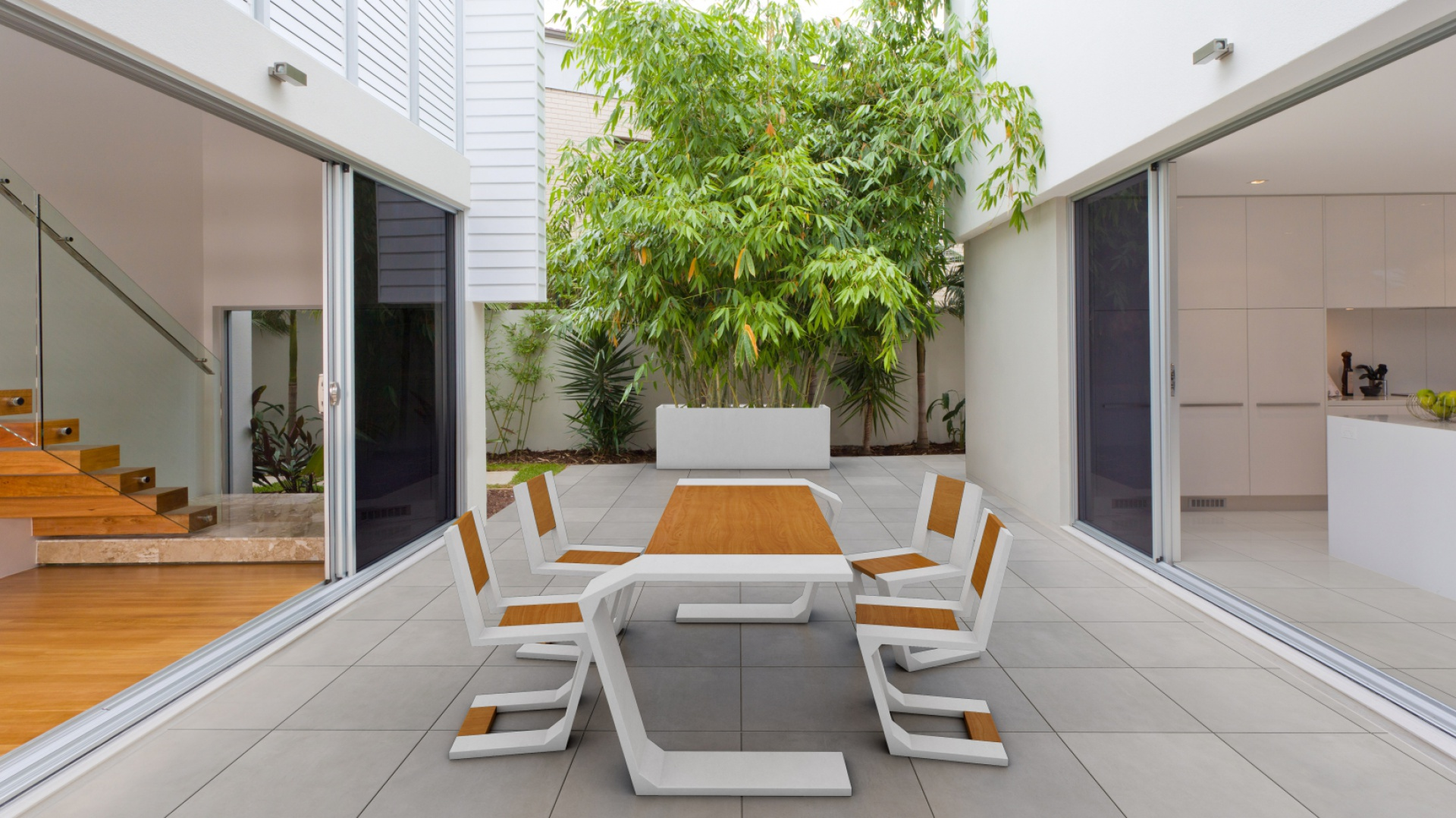 Nowoczesne płyty szczególnie dobrze wyglądają w otoczeniu nowoczesnej architektury, sprawdzając się jako nawierzchniowe uzupełnienie ogrodów i tarasów zaprojektowanych w tym stylu.Na zdjęciu: płyta z betonu architektonicznego Slim oraz kolekcja mebli Gravity (projekt J. Sojka), Modern Line