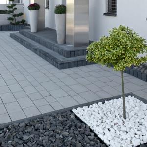 Wszechstronność betonu sprawia, że staje się on świetnym tworzywem zespalającym aranżacje i sprzyjającym unifikacji przestrzeni. Można go zastosować wokół całego domu. Na zdjęciu: kostka brukowa Design, Modern Line