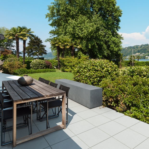 Nawierzchnie z betonu w stylu nowoczesnym – ogrodowe i tarasowe inspiracje