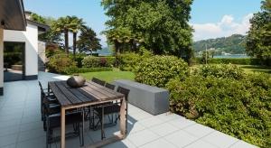 Na rynku dostępnych jest bardzo wiele materiałów, które można zastosować jako nowoczesne nawierzchnie w ogrodzie i na tarasie. Dzisiaj przedstawiamy jeden z najbardziej modnych i uniwersalnych – beton.