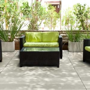 Nawierzchnie z betonu, dzięki swojej kolorystyce, mogą stanowić doskonałe tło dla nowoczesnych mebli. Na zdjęciu: płyta Longer i donice Regular z podstawką, Modern Line