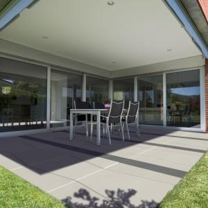 Betonowe płyty mogą stać się bohaterem tarasu dzięki ciekawie zaaranżowanemu wzorowi. Na zdjęciu: płyta Multi i Style, Modern Line