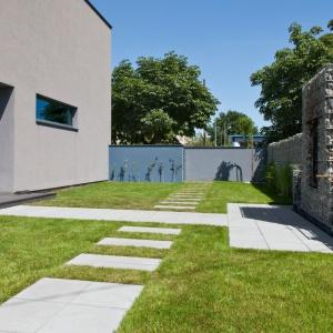 W nowoczesnym ogrodzie wszystko - od kształtu rabat począwszy na układzie ogrodu zakończywszy - podporządkowane jest regularnym formom, prostym liniom lub łukom. Nowoczesne nawierzchnie z betonu idealnie wpisują się w klimat tego typu ogrodów. Na zdjęciu: płyta Cube Solid, Modern Line