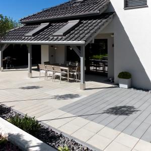 Nawierzchnie z betonu oprócz zastosowania jako posadzka mogą zastąpić cały lub część trawnika w nowoczesnym ogrodzie. Na zdjęciu: płyty Cube, Solid, Donica Regular, Modern Line