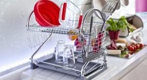 W przestrzeni kuchennej powstają zarówno wyszukane dania obiadowe, jak i spożywane często w pośpiechu małe posiłki. Dlatego podczas aranżacji wnętrza zwracamy uwagę przede wszystkim na walory użytkowe poszczególnych sprzętów, zwłaszcza jeś