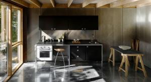 Biel w kuchennych wnętrzach, to jeden z absolutnie najlepiej widocznych trentów wnętrzarskich ostatnich lat. Jednakże, czy barwa ta jest jedynym słusznym kolorem w kuchennej zabudowie? Absolutnie nie! Równie dobrze sprawdzają się w kuchni i inne o