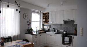 Mieszkanie o powierzchni 50 m2. Salon połączono z kuchnią oraz jadalnią i urządzono w duchu skandynawskiego wzornictwa. Kuchnia w klasycznym stylu, z patchworkowymi płytkami nad blatem dodaje całemu wnętrzu klasy. Nie brak tu industrialnych dodatk