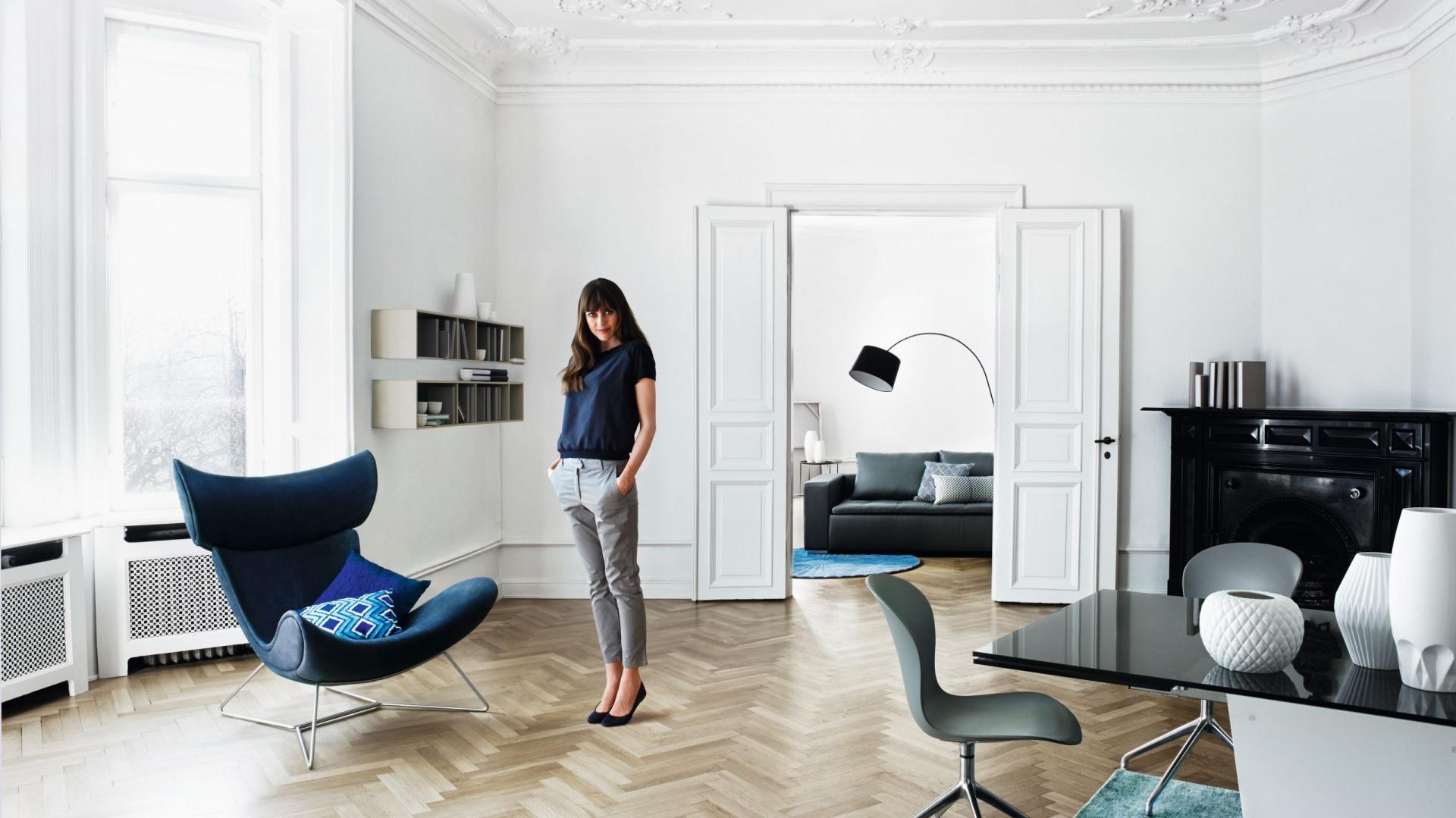 Kultowy fotel IMOLA dostępny w tkaninach i skórach; także w kolorze niebieskim. Od 5. 559 zł. Fot. BoConcept