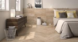 Płytki w sypialni? Czemu nie. Płytki ceramiczne i kamienne są stosowane w sypialniach już od kilku sezonów. Nie tylko jako funkcjonalne wykończenie podłóg, ale również w formie dekoracji ścian.