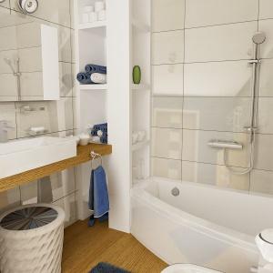 W białej łazience z modnymi wielkoformatowymi płytkami na ścianie, ważnym elementem jest drewno. Dom Kalandra (A). Projekt: arch. Maja Klimowicz. Fot. Dom dla Ciebie Pracownia Projektowa Archeco