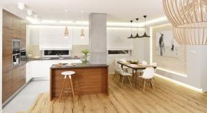 Oświetlenie w kuchni powinno przede wszystkim zapewniać wygodę codziennych prac, ale warto pamiętać także o jego roli w aranżacji wnętrza. Jakie zatem oświetlenie sprawdzi się nad stołem, a jakie nad kuchenną wyspą?