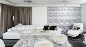 Tapeta, beton dekoracyjny, a może fornir? Do wyboru jest wiele efektownych i praktycznych materiałów na ściany w salonie.