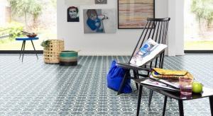 Azulejo to nazwa małych kwadratowych płytek, które są wizytówką Lizbony. Wzór ten stał się jednym z najpopularniejszych motywów podłogowych, który dziś spotkać możemy m.in. na dywanach i wykładzinach elastycznych.