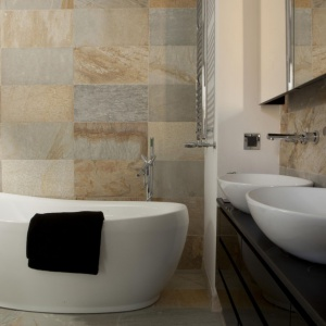 Kamienne płytki w łazience. Projekt: Magdalena Smyk. Fot. Green Conoe