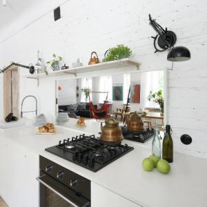 Dekoracja ściany nad blatem w kuchni. Projekt: Ewelina Pik, Maria Biegańska. Fot. Bartosz Jarosz