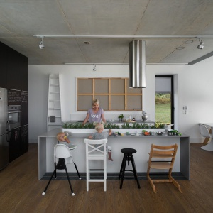 Nowocześnie urządzona kuchnia jest integralną częścią strefy dziennej. Sprzyja to rodzinnej integracji. Projekt: Ola Wołczyk. Fot. Hanna Długosz