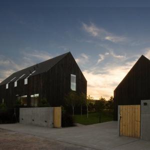 Obok domu wybudowano garaż o podobnej bryle. Zaprojektowano w nim poddasze, aby służyło jako dodatkowe miejsce do przechowywania. Projekt: Ola Wołczyk. Fot. Hanna Długosz