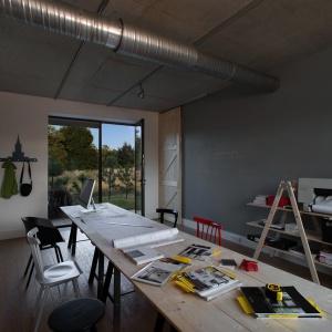 Ten dom to również miejsce pracy właścicielki. Dlatego na parterze zaprojektowano przestronną i komfortową pracownię. Projekt: Ola Wołczyk. Fot. Hanna Długosz